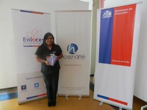 Alexandra Vargas con su premio de Hostname